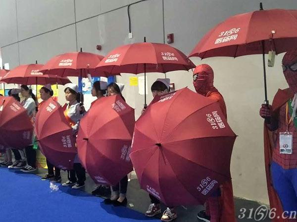 """第77届全国药品交易会惊现""""蜘蛛侠"""""""